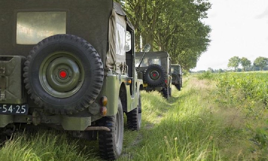 Legerjeep door de Peel